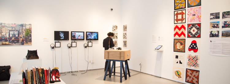 Vista de la exposición en SJDC, Nueva York. Foto: The New School.